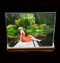 Kristallfoto i färg 225x165x10mm  med din text, inkl. aluminiumställ med belysning TILLFÄLLIGT SLUT, FÖRVÄNTAS 18 DECEMBER.