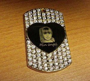 Bricka med strass (stor) guldpläterad 29x50x2,5mm med hjärta i mitten