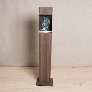 Exklusiv 3D-ljuspelare i SVART eller KERAMIKFÄRGAT trä med kristallblock 200x150x100mm (lodrätt). LEVERERAS FRAKTFRITT INOM SVERIGE.OBS! LEVERANSTID 2 VECKOR